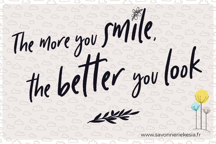 """Phrase """" The more you smile, the better you look"""". Un beau sourire inspiré, c'est aussi ça, être belle au naturel."""