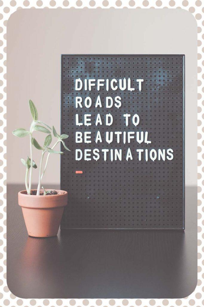"""Phrase inspirante """" Les chemins difficiles mènent à de superbes destinations """" pour vivre sereinement le cap du passage au naturel pour nos cheveux."""